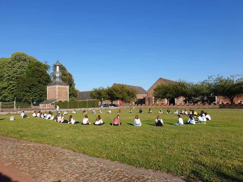 studenten zitten in het gras