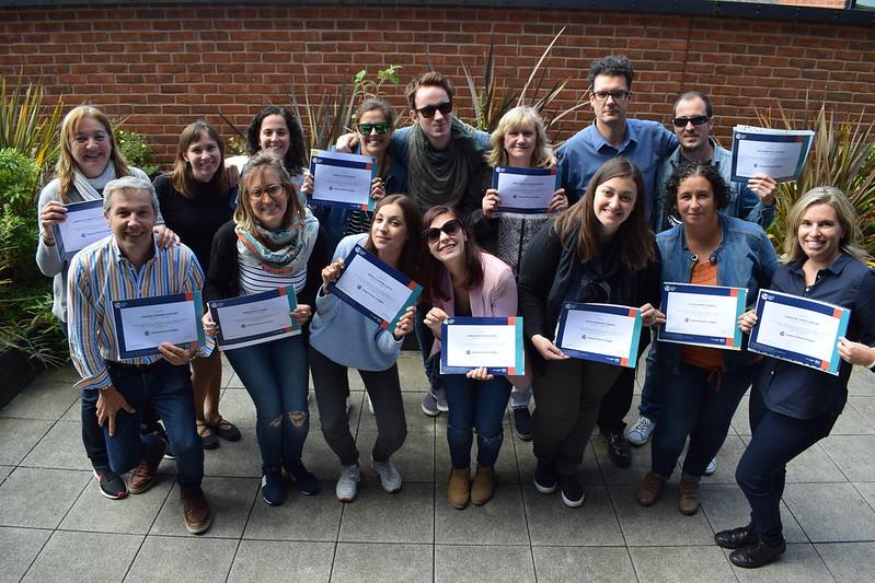 Estudantes com certificados na escola em Liverpool