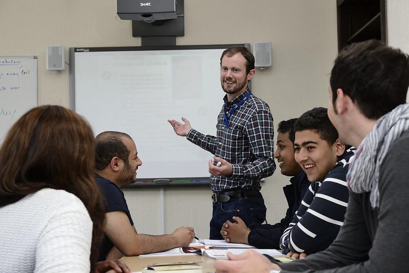 Professor dando aula na escola em Liverpool